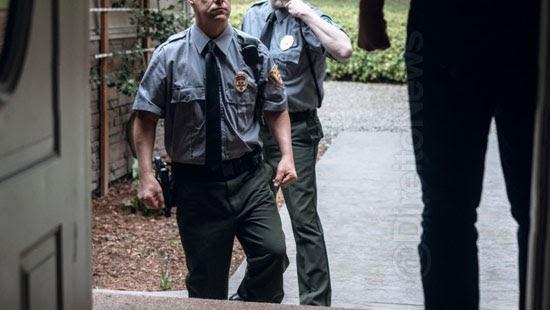 fuga suspeito legitima entrada policia casa